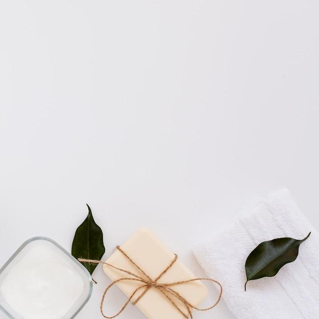 Vista superior da manteiga de sabão e corpo no fundo liso Foto gratuita
