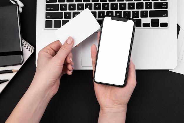 Vista superior da mão segurando o smarphone Foto gratuita