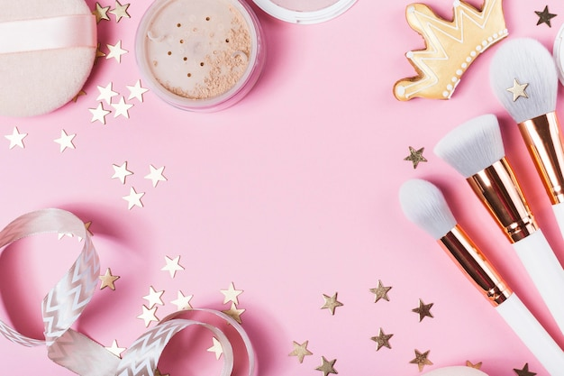 Vista superior da maquiagem no conceito de mesa Foto Premium