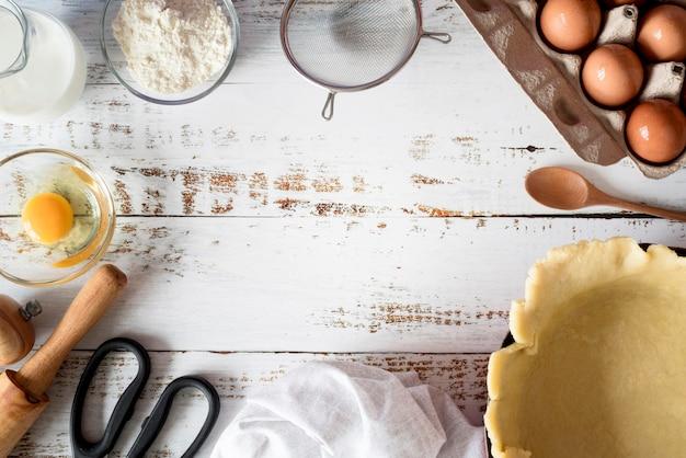 Vista superior da massa na bandeja com ovos Foto gratuita