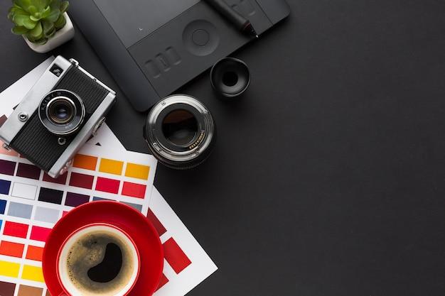 Vista superior da mesa com café e paleta de cores Foto gratuita