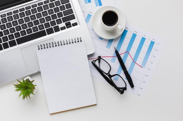 Vista superior da mesa com notebook e café Foto gratuita