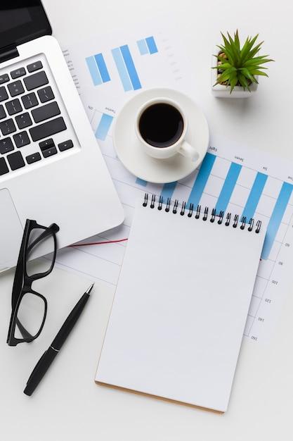 Vista superior da mesa com notebook e laptop Foto gratuita