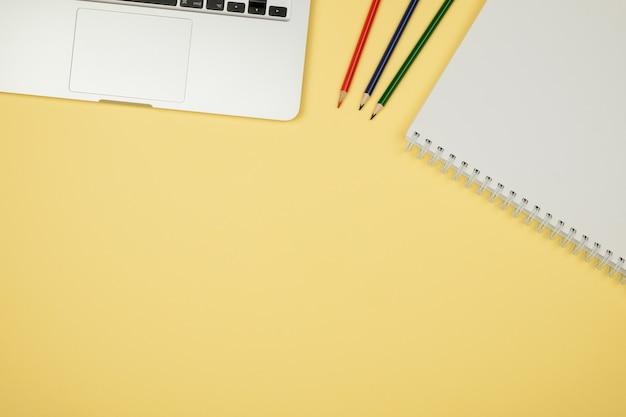 Vista superior da mesa de escritório com suprimentos Foto Premium