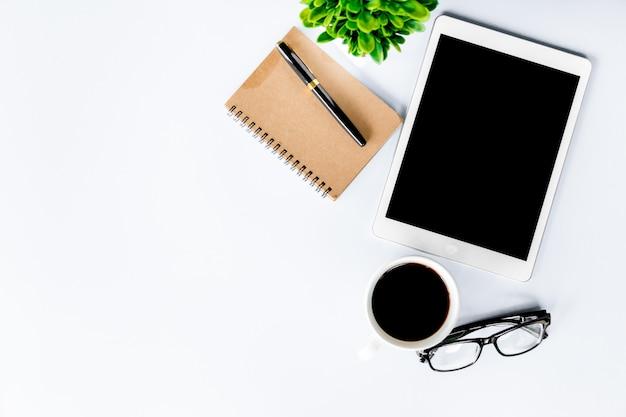 Vista superior da mesa de escritório moderna com espaço de trabalho no escritório com cópia espaço plana leigos. Foto Premium