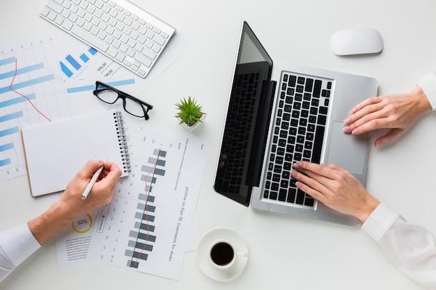 Vista superior da mesa de trabalho com computador portátil e notebook Foto gratuita