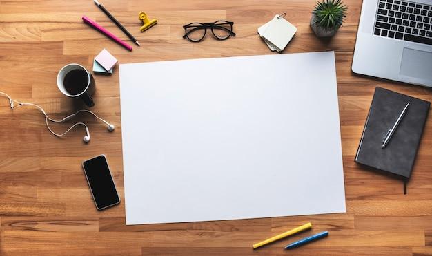 Vista superior da mesa de trabalho com fundo de espaço coppy branco. plano de negócios e conceitos de gestão Foto Premium