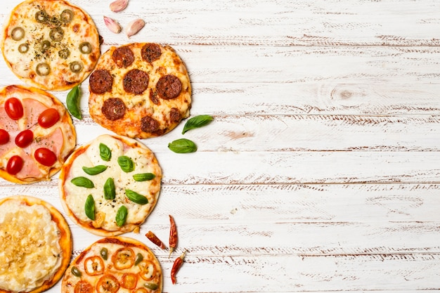 Vista superior da mini pizza com espaço de cópia Foto gratuita