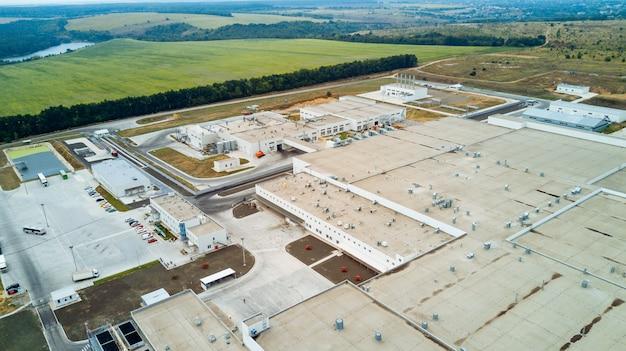 Vista superior da moderna grande fábrica com edifícios de brancos. complexo industrial. vista aérea. Foto Premium