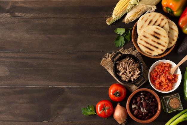 Vista superior da moldura de comida em fundo de madeira Foto gratuita