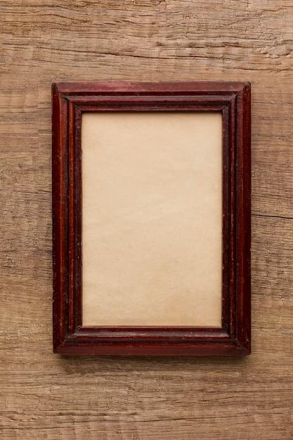Vista superior da moldura de madeira com espaço de cópia Foto gratuita
