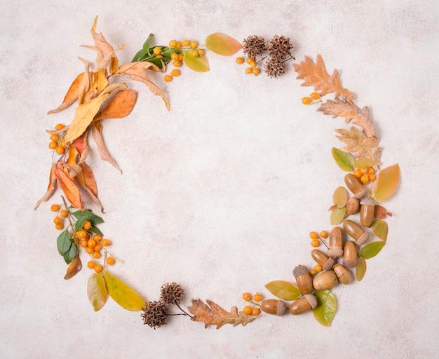 Vista superior da moldura de outono com folhas e bolotas Foto gratuita