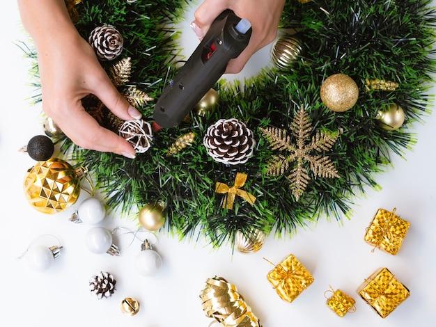 Vista superior da mulher fazendo decorações de natal Foto gratuita