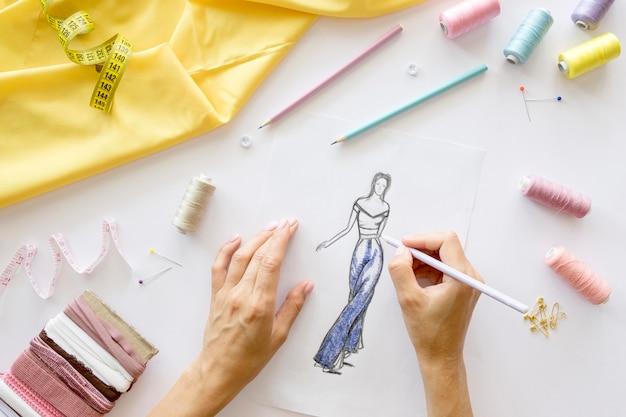 Vista superior da mulher projetar vestuário para costurar Foto Premium