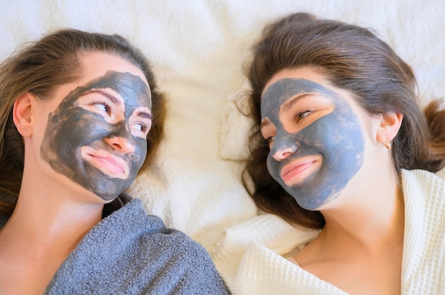 Vista superior da mulher sorridente com máscaras em casa Foto gratuita