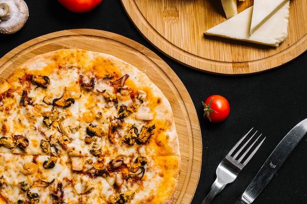 Vista superior da pizza de frutos do mar com camarão, mexilhão, lula e queijo Foto gratuita