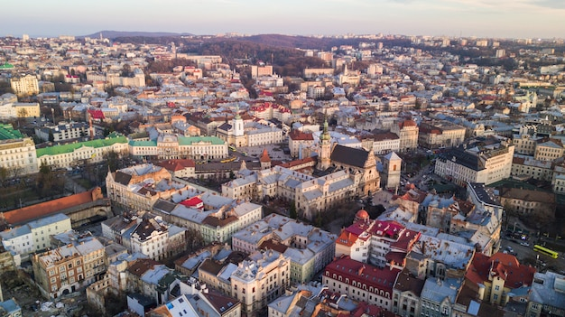 Vista superior da prefeitura em casas em lviv, ucrânia. cidade velha de lviv de cima. Foto gratuita
