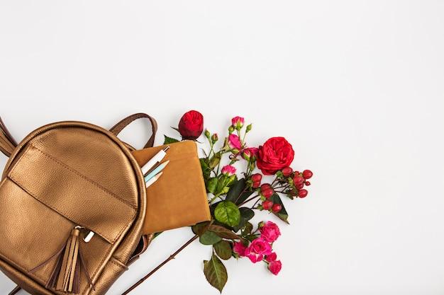Vista superior da propriedade feminina no saco Foto gratuita
