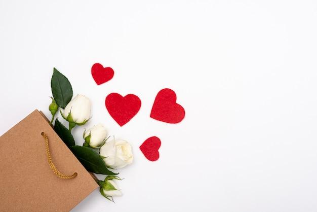Vista superior da sacolinha com rosas e corações Foto gratuita