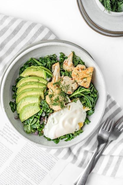 Vista superior da salada fresca com ovo frito Foto gratuita