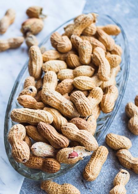 Vista superior da semente de amendoim na tigela de vidro Foto gratuita