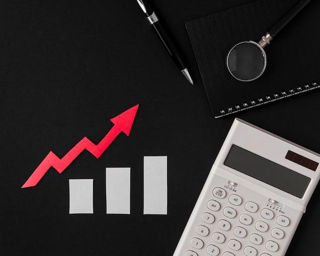 Vista superior da seta de crescimento com calculadora Foto gratuita