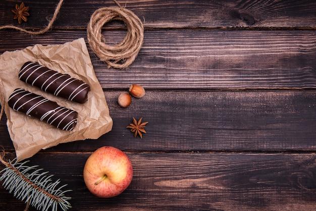 Vista superior da sobremesa de chocolate com maçã Foto gratuita