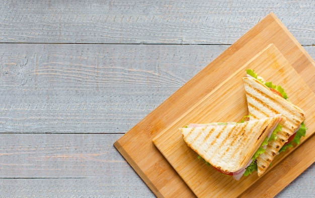 Vista superior da torrada saudável sanduíche em um fundo de madeira Foto Premium