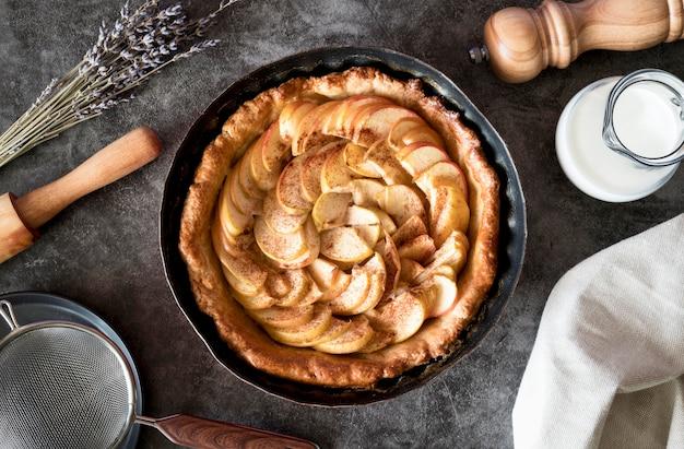 Vista superior da torta de maçã na bandeja Foto gratuita