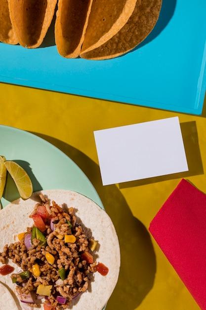 Vista superior da tortilha com carne e vegetais Foto gratuita