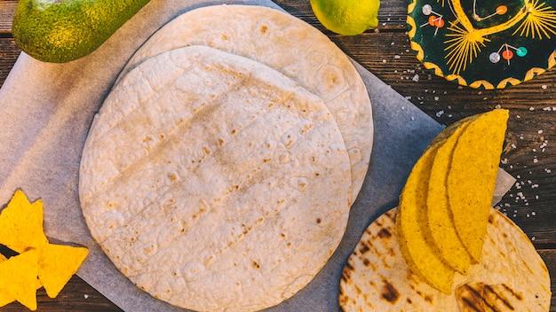 Vista superior da tortilla mexicana e saborosos nachos na mesa de madeira Foto gratuita