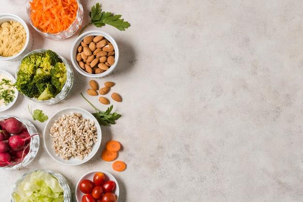Vista superior da variedade de alimentos saudáveis Foto gratuita