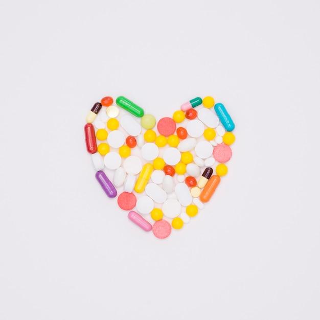 Vista superior da variedade de comprimidos em forma de coração Foto gratuita