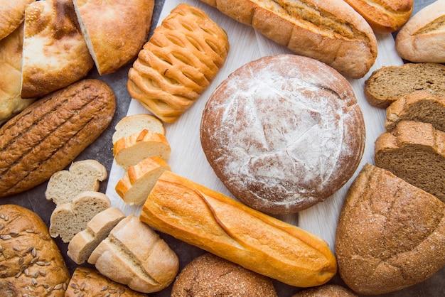 Vista superior da variedade de pães rústicos Foto gratuita