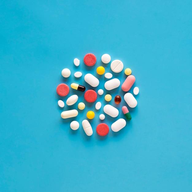 Vista superior da variedade de pílulas em forma de círculo Foto gratuita