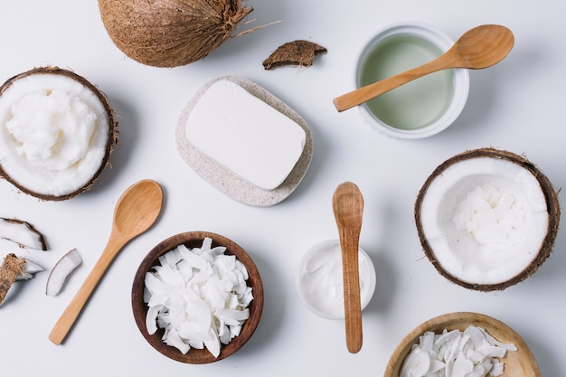 Vista superior da variedade de produtos de coco Foto gratuita