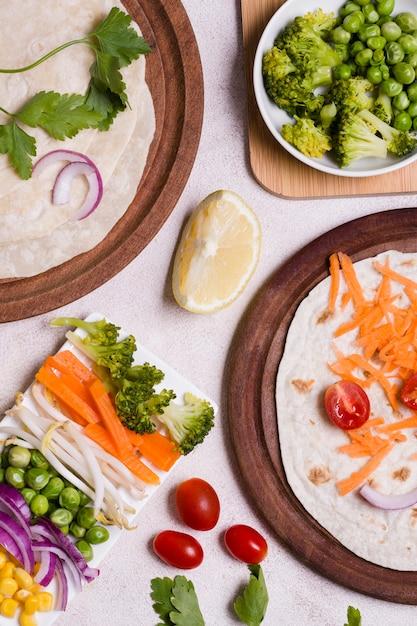 Vista superior da variedade de vegetais naturais Foto gratuita
