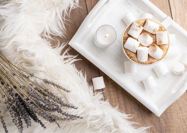 Vista superior da xícara com chocolate quente e marshmallows ao lado de lavanda Foto gratuita