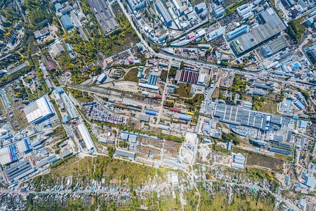 Vista superior da zona industrial: garagens, armazéns, contêineres para armazenamento de mercadorias. Foto Premium