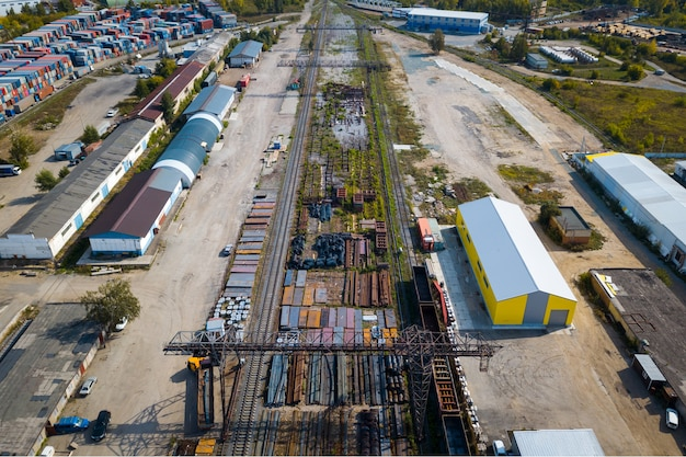 Vista superior da zona industrial: trilhos, garagens, armazéns, contêineres para armazenamento de mercadorias. Foto Premium