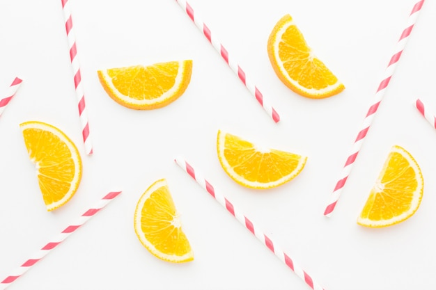Vista superior das fatias de laranja com canudos para o suco Foto Premium