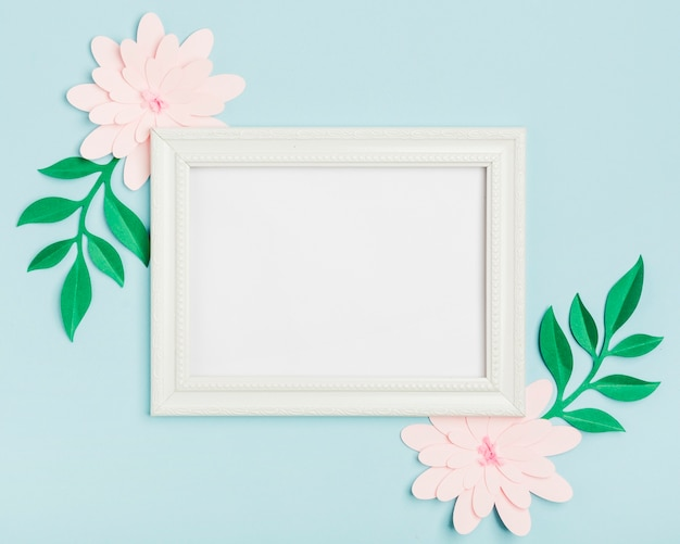 Vista superior das flores de primavera de papel com moldura Foto gratuita