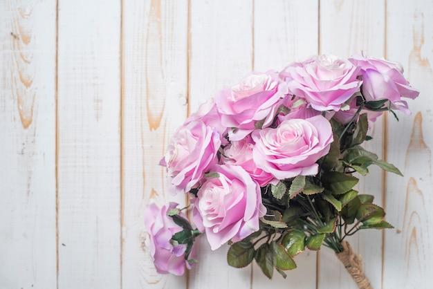 Vista superior das flores do casamento em fundo branco de madeira Foto Premium
