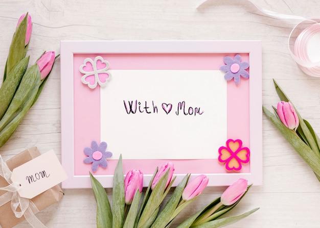 Vista superior das flores e arranjo da moldura Foto gratuita