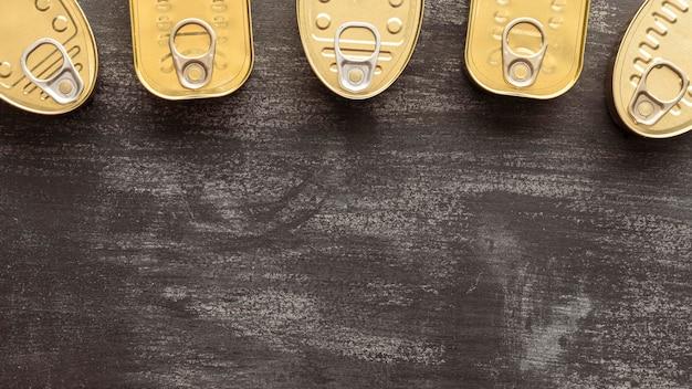 Vista superior das latas com espaço de cópia Foto gratuita