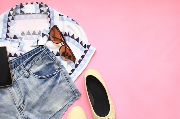 Vista superior das mulheres moda roupas elegantes de acessórios de viagem Foto Premium