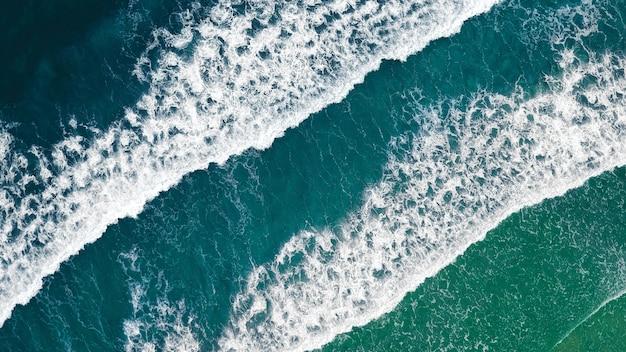 Vista superior das ondas do mar tempestuoso Foto gratuita