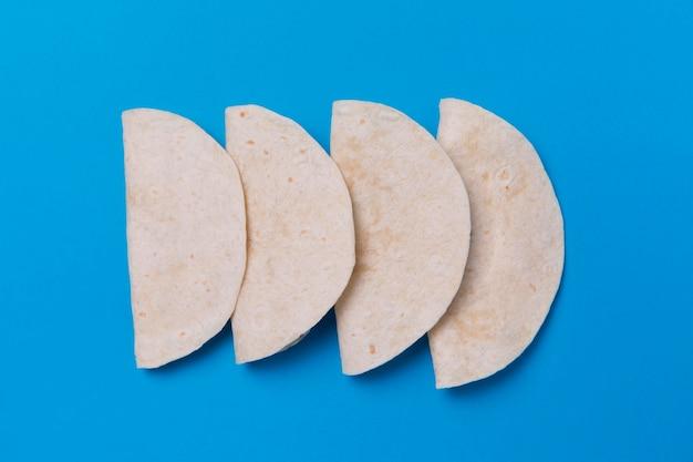 Vista superior das tortilhas em fundo azul Foto gratuita