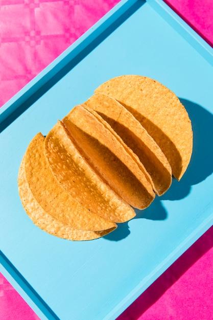 Vista superior das tortilhas na bandeja azul Foto Premium