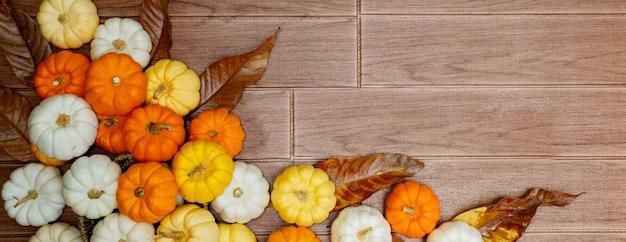 Vista superior de abóboras no chão de madeira Foto Premium